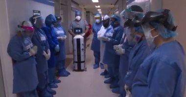 روبوت يصدر أصواتا مهدئة للأعصاب لعلاج مرضى كورونا بمستشفى بالمكسيك.. فيديو