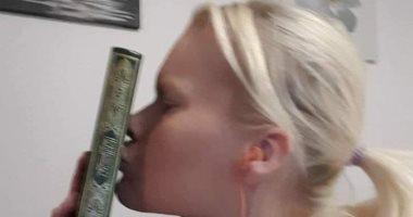 """""""نحبكم يا مسلمين"""" رسالة فتاة سويدية تقبل المصحف بعد حرق القرآن في مالمو"""