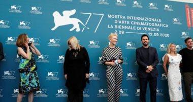 كمامة وسجادة حمراء بحائط.. نجوم السينما يتحدون كورونا بافتتاح مهرجان فينيسيا