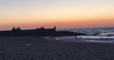 """على شط بحر الهوى.. شاطئ العريش قبلة أهل سيناء و""""اللصيمة"""" الوليمة المفضلة"""