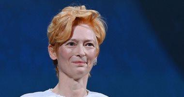 تيلدا سوينتون تغادر فينيسيا بصحبة صديقها بعد منحها الأسد الذهبى