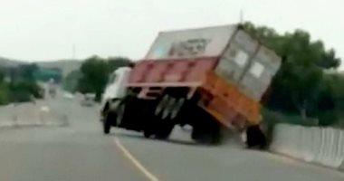راكبا دراجتين ناريتين ينجيان من الموت بعد انحراف شاحنة.. فيديو
