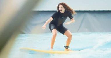 """شاكيرا تمارس رياضة ركوب الأمواج """"فيديو وصور"""""""