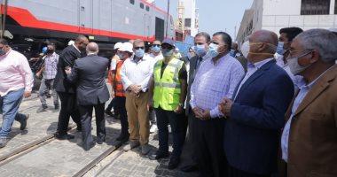 وزير النقل يستقبل 30 جرارا من جرارات السكك الحديدية الجديدة.. صور