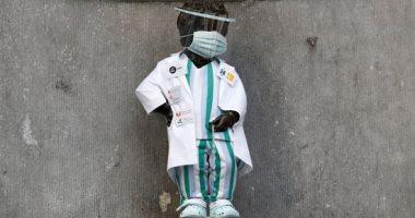 """صور.. """"تكريما للأطباء"""" تمثال مانيكن بيس في بروكسل يتزين بكمامة وثوب أبيض"""