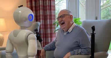 """""""بيبر"""" روبوت يحسن الصحة العقلية لكبار السن ويقلل شعورهم بالوحدة"""
