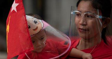 أحمر الورد والبالونات بديلاً للدم.. ميانمار تبدأ السلام بمسيرة تنادي بالديمقراطية.. البوم صور