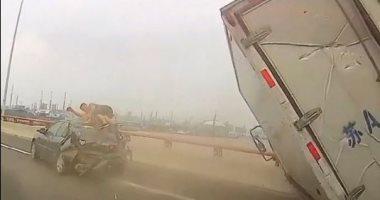 سائق صينى ينجو من الموت بعد اصطدام سيارته بشاحنة.. فيديو وصور