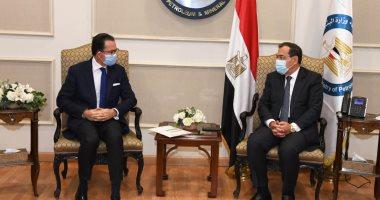 وزير البترول يبحث مع  السفير الفرنسي تعزيز فرص التعاون