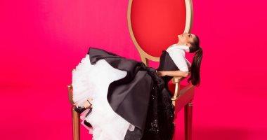"""أصالة تجلس فوق """"كرسى ضخم"""" استعدادا لألبومها الخليجى الجديد"""