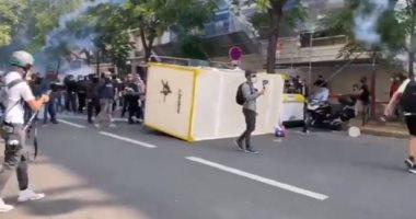اشتباكات عنيفة بين محتجين والشرطة الفرنسية في العاصمة باريس.. فيديو وصور