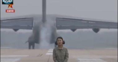 طائرة نقل صينية تمر فوق رأس مذيعة بصورة مخيفة.. اعرف السر وراء الفيديو