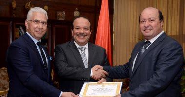 رئيس جامعة طنطا ونائبه يكرمان نادر المليجى لفوزه بجائزة التميز فى الأداء الجامعى