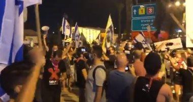 إسرائيليون يغلقون مدخل مطار بن جوريون لمنع نتنياهو من السفر لواشنطن .. فيديو
