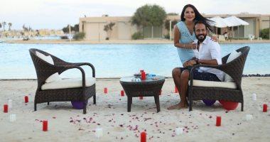 يوسف الشريف يحتفل بعيد ميلاده مع زوجته إنجى علاء بالورود والشموع (صور)