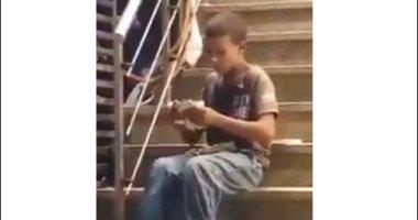 تداول فيديو لطفل متسول يعد حصيلته من النقود وحالة استياء بين رواد السوشيال ميديا