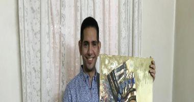 محمد بطل من ذهب قهر إعاقته وأبدع بتحويل التنمر ضده إلى لوحات.. فيديو وصور