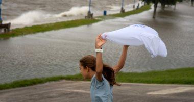 الناس بتهرب من الأمطار والأمريكان يحتفلون بقدوم الإعصار