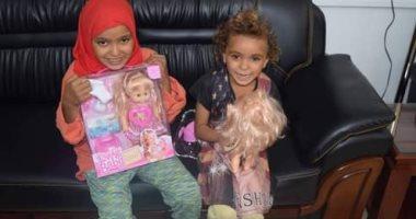 محافظ المنيا يستقبل طفلتين بلا مأوى ويأمر بتوفير الرعاية لهما.. صور