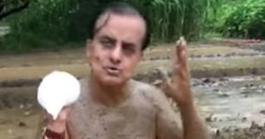 سياسى هندى صاحب فكرة العلاج بالطين للوقاية من كورونا يصاب بالفيروس.. فيديو