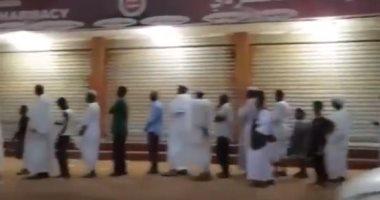 أطول طابور في السودان لتجمع مواطنين أمام مخبز لشراء الخبز.. فيديو