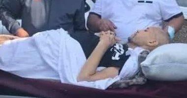 الجزائر تفتح المجال الجوى لطائرة تقل مريض سرطان طلب الموت فى حضن والدته.. صور