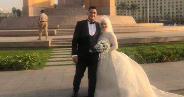عروسان يحتفلان بزفافهما فى ميدان التحرير ويلتقطان صورا تذكارية.. فيديو