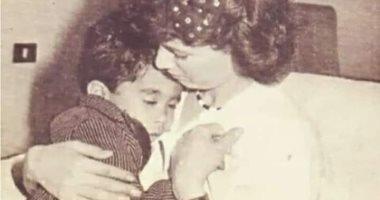 أخو هيثم أحمد زكى يكشف عن صورة نادرة للراحل مع والدته هالة فؤاد