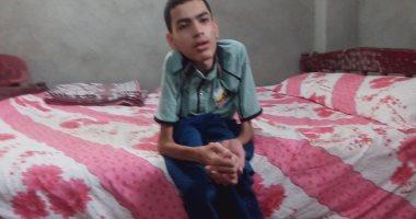 عمر مجدى تحدى الإعاقة بعد إصابته بضمور فى النخاع الشوكى والتحق بالصيدلة
