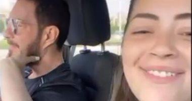 """ليلى زاهر تغنى لوالدها """"أماكن السهر"""" فى السيارة.. فيديو"""