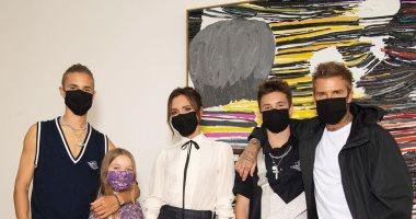 ديفيد بيكهام وأبناؤه الجمهور الوحيد لعرض أزياء زوجته فيكتوريا.. صور