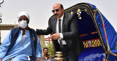 محافظ أسوان يسلم 280 سائق حنطور زيا موحدا .. فيديو وصور