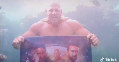 """أحمد التهامى يغطس فى البحر للترويج لفيلمه الجديد """"زنزانة 7"""".. فيديو وصور"""