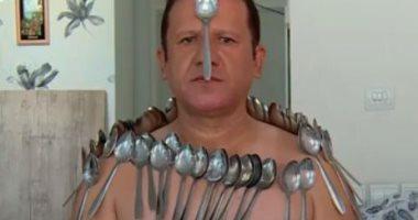 رجل خمسيني يحول جسمه لمغناطيس يلتصق بأي مادة عن طريق عقله .. فيديو