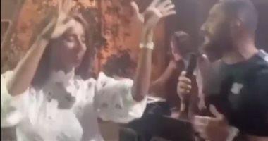 """تامر حسني فى وصلة رقص مع زينة وشقيقتها على أغنيته الجديدة """"اختراع"""" ..  فيديو"""