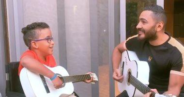 تامر حسنى يستجيب لطفل من أبطال الهمم ويهديه كرسى متحرك وجيتار