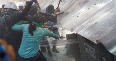 صور.. كر وفر بين الشرطة وناشطات فى المكسيك بسبب قرار بتجريم الإجهاض
