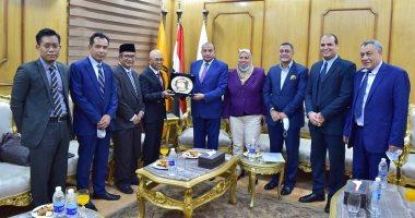 رئيس جامعة بنى سويف يستقبل وفد السفارة الإندونيسية بالقاهرة لبحث التعاون المشترك