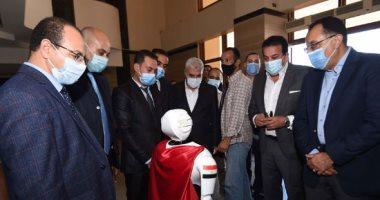 صور.. رئيس الوزراء يستعرض نماذج لروبوتات بكلية الذكاء الاصطناعى بجامعة كفر الشيخ