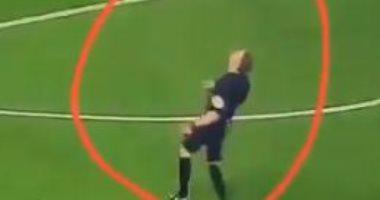 حركة من حكم مباراة ليفربول وأرسنال تفضح ميوله التشجيعية.. فيديو