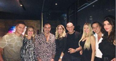 عمرو دياب ودينا الشربينى مع يسرا وغادة عادل فى صورة حديثة