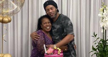 """رونالدينيو يحتفل مع والدته بعيد ميلادها: """"شكرا على كل شيء.. أحبك"""".. صور"""