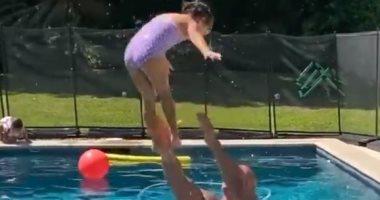 """""""ذا روك"""" يلعب مع صغيرته فى حمام السباحة بعد تعافيه من """"كورونا"""".. فيديو وصور"""