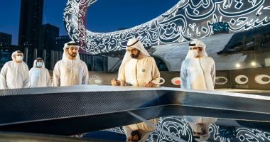 محمد بن راشد يشهد وضع القطعة الأخيرة لواجهة متحف المستقبل بالإمارات..صور