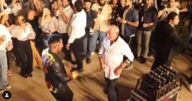 وصلة رقص بين محمد رمضان ونجيب ساويرس في كواليس حفلته بالشيخ زايد.. فيديو وصور