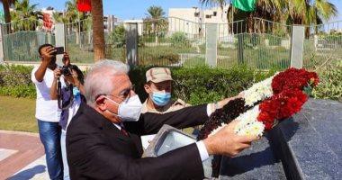 صور.. محافظ جنوب سيناء يضع إكليل زهور على نُصب الجندى المجهول