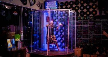 أحدث صيحات التباعد الاجتماعى.. الغناء داخل غرفة زجاجية بمطاعم كندا