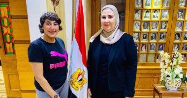 """منة عبد العزيز """"فتاة تيك توك"""" فى صورة مع وزيرة التضامن: بشكرك على وقفتك جنبى"""