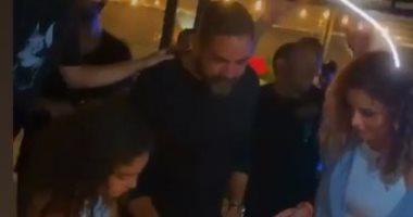 أمير كرارة يحتفل بعيد ميلاده مع أسرته وأصدقائه.. فيديو