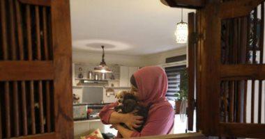 فلسطينية تحول منزلها إلى مأوى للقطط والكلاب الضالة.. ألبوم صور